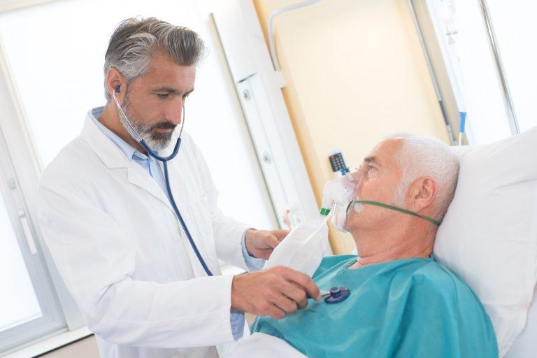 Arts verzorgt COPD Patiënt